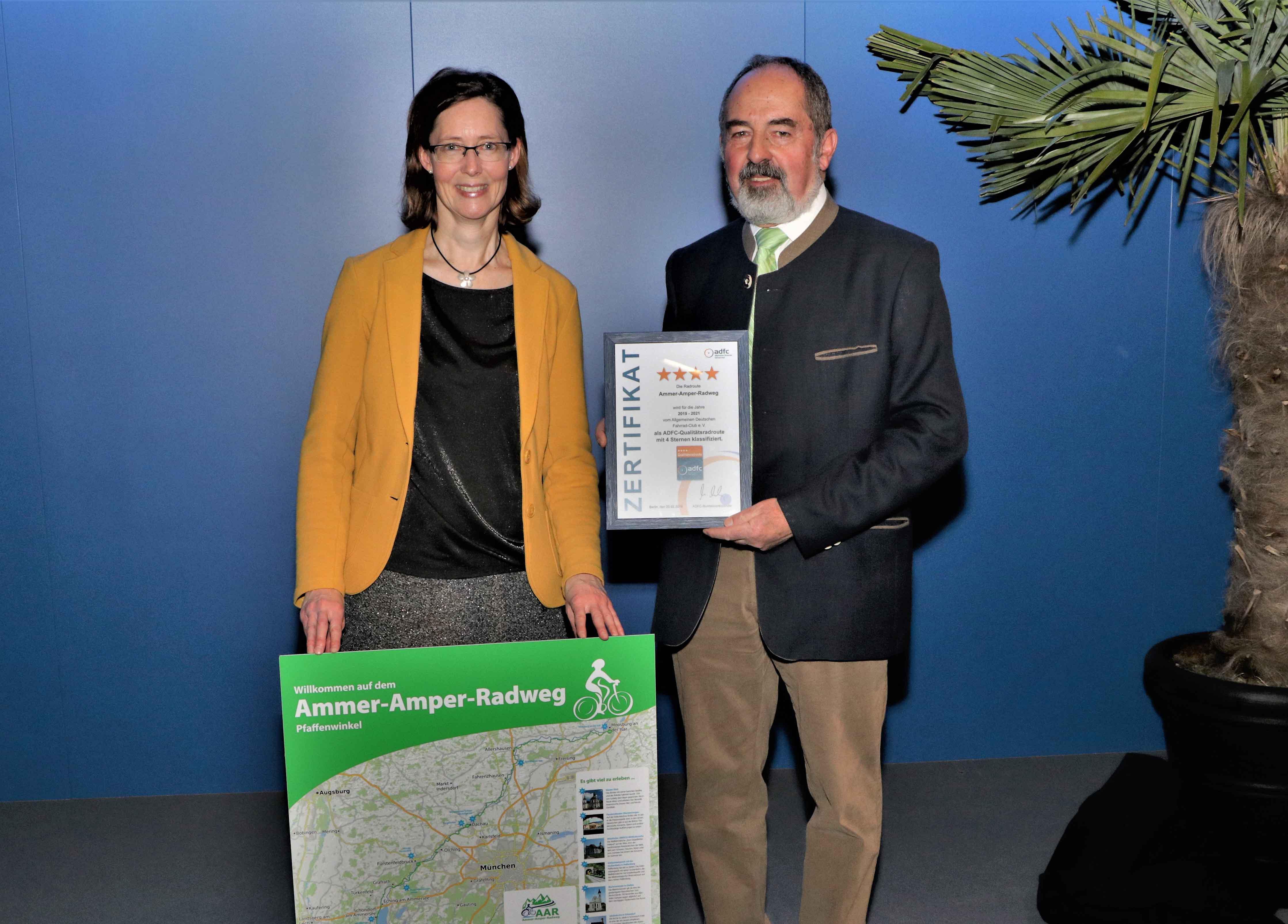 Stellvertretender Landrat Robert Scholz und Tourismusreferentin Martina Mayer nehmen für den Landkreis Freising die Urkunde in Empfang.