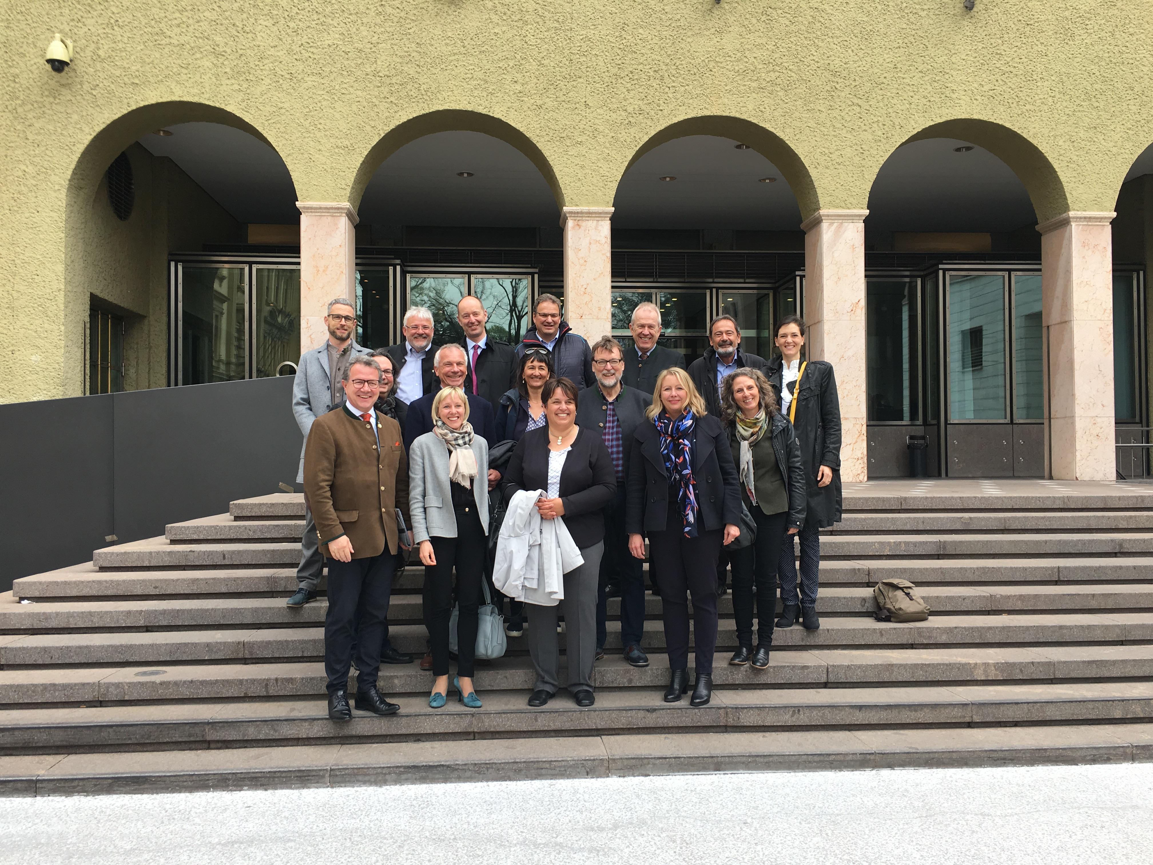 Exkursionsteilnehmer vor dem Südtiroler Landtag