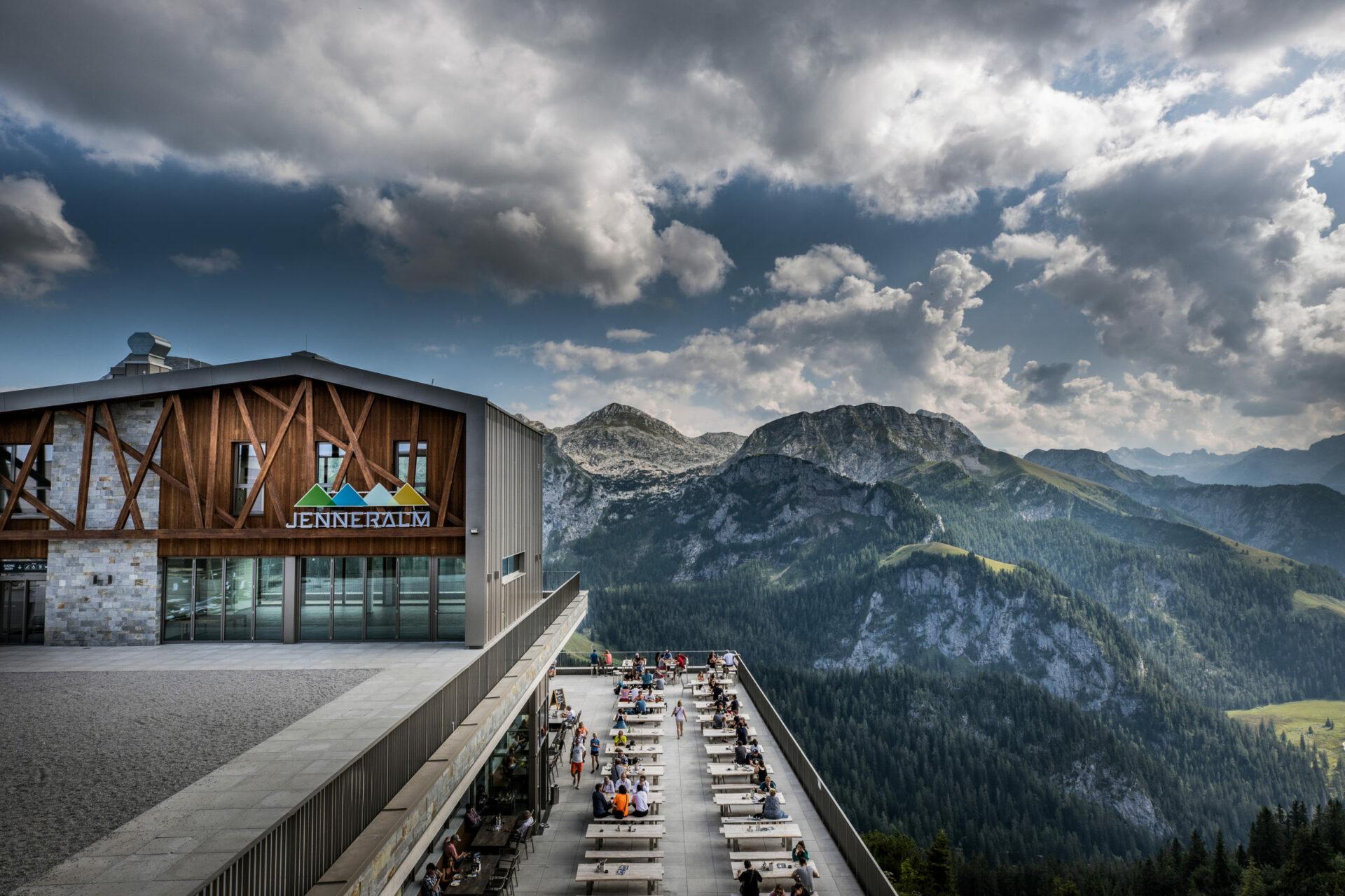 Restaurant Jenneralm mit Sonnenterrasse Bergstation