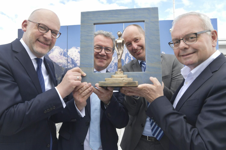Glückliche Gewinner: Der Ausflugsticker Oberbayern des Tourismus Oberbayern München e.V. (TOM) wurde mit dem ADAC